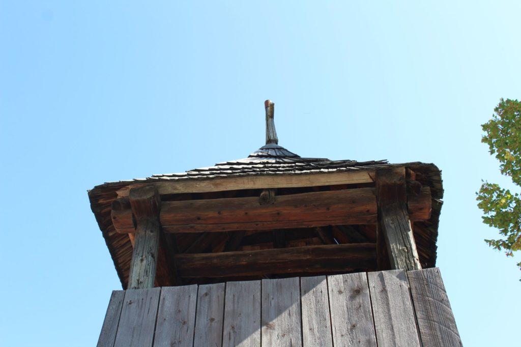 Drevená zrubová zvonica 02
